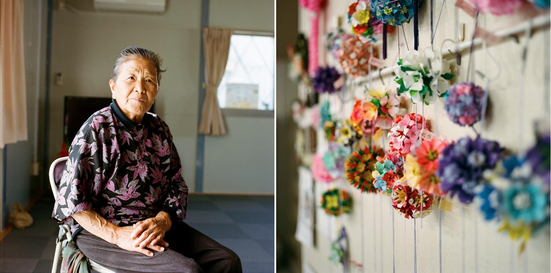 Cette dame de 88 ans discute avec des amies dans une des salles communautaires du campement de Kamiarakawa. Son fils travaille à Fukushima Daiichi. À droite, des kusudama (origami modulaire) ont été fabriqués récemment.