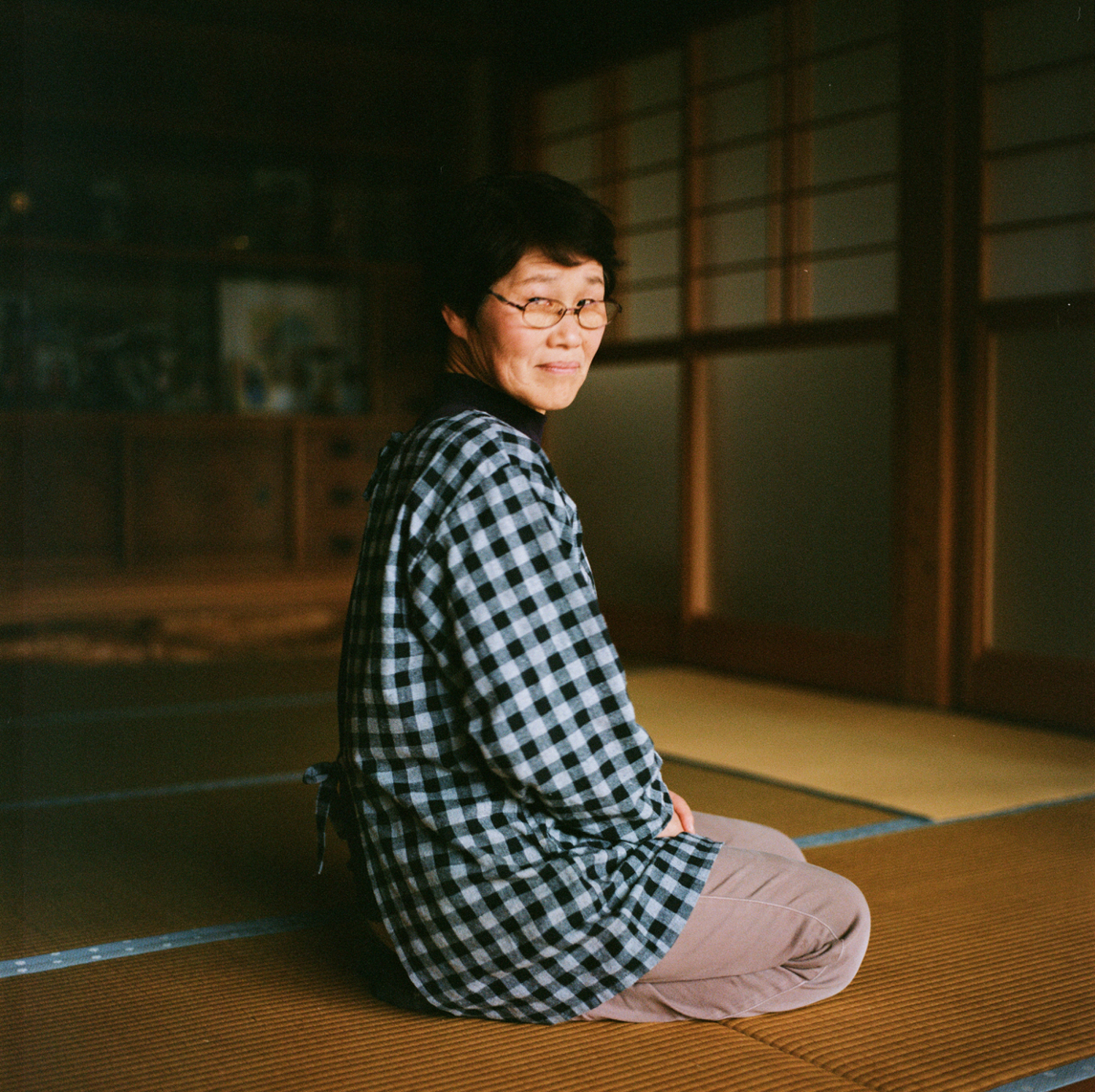 This old woman returned with her husband in April of 2015, with the city's authorization. She and her husband, a carpenter, preferred to come back, even though they knew that none of their friends or neighbors would return. Amongst these friends and neighbours, many have had their houses demolished. She and her husband felt unwanted by the people of Iwaki when living there in three temporary houses. Her mother-in-law died two years after the disaster, in her temporary house, because of stress she says. Her children and grandchildren decided to stay permanently in Iwaki.