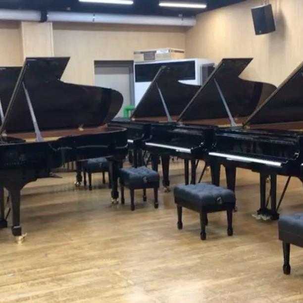 새 스타인웨이 7대가 학교에 도착. 이 중에서 내 피아노를 고르는 일은 기쁨 그 자체....이 피아노를 통해 음악원에서 또 다른 새로운 역사가 만들어지길 기대해본다!
