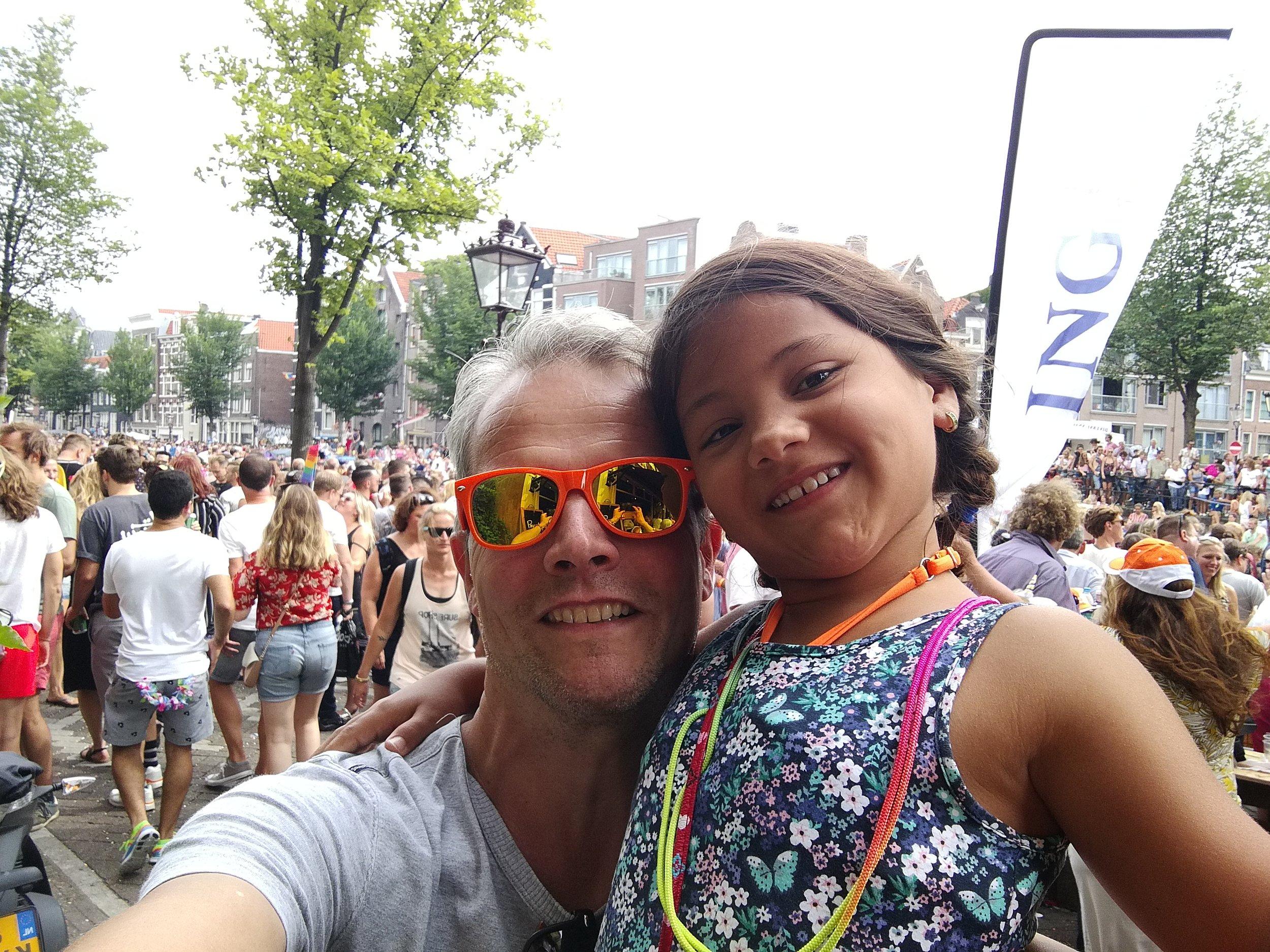Arjen Boukema en zijn dochter, tijdens Pride Amsterdam.