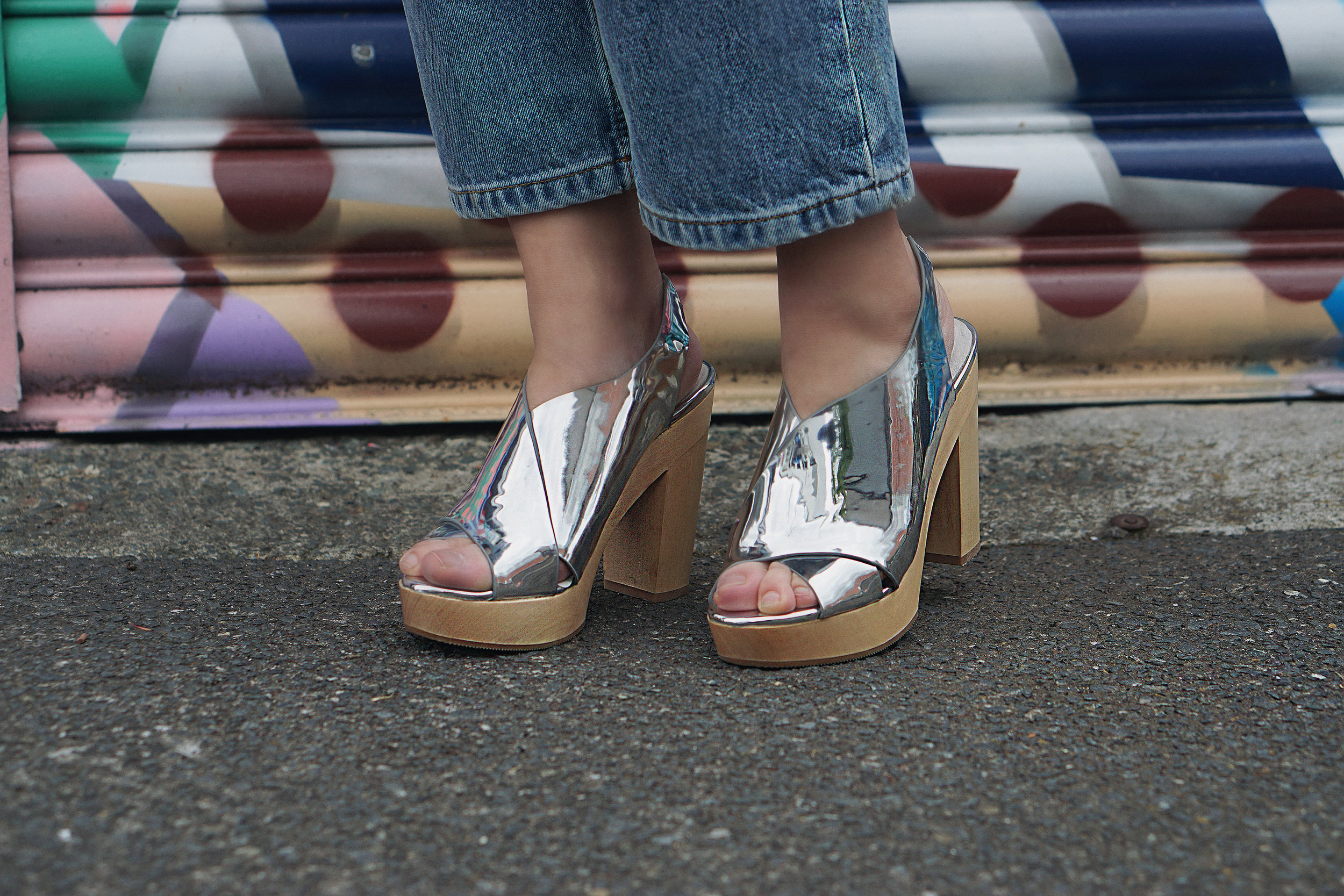 Open toe shoes + bare toenails = amateur.