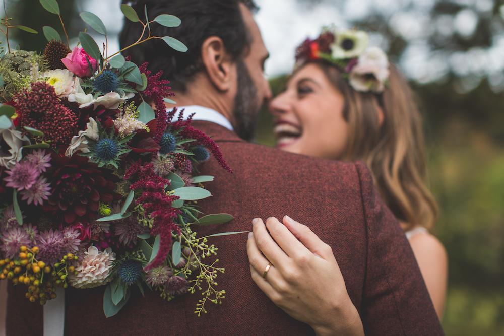 shooting-inspiration-kinfolk-boheme-couleurs-automne-couple-maries-bouquet-mariee-couronne-les-fleurs-de-pauline-alliance-paulette-a-byciclette-camille-marciano-physalis.jpg