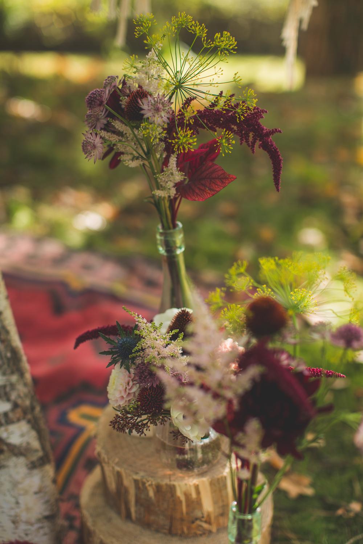 shooting-inspiration-kinfolk-boheme-couleurs-automne-decoration-detail-fleurs-rondin-bois-tapis-fleurs-de-pauline-camille-marciano-physalis.jpg