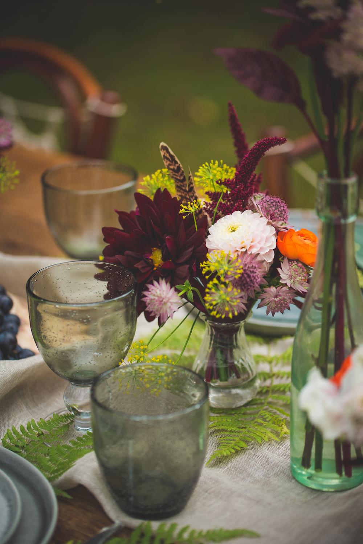 shooting-inspiration-kinfolk-boheme-couleurs-automne-decoration-detail-fougere-fleurs-chemin-de-table-camille-marciano-physalis.jpg