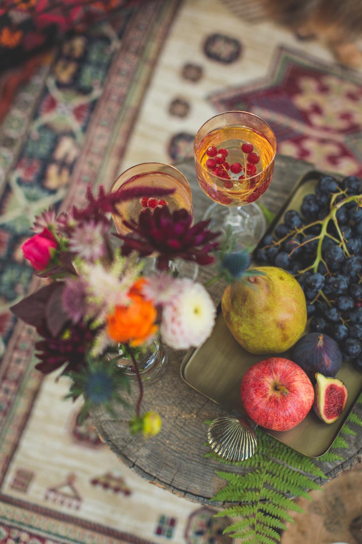 shooting-inspiration-kinfolk-boheme-couleurs-automne-decoration-detail-fruit-pomme-poire-raisin-fleurs-verre-a-pied-myrtille-camille-marciano-physalis.jpg