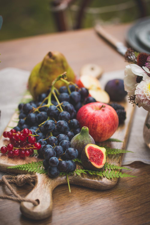 shooting-inspiration-kinfolk-boheme-couleurs-automne-decoration-fruit-planche-bois-figue-raisin-pomme-camille-marciano-physalis-.jpg