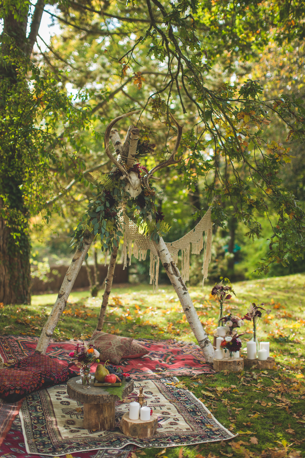 shooting-inspiration-kinfolk-boheme-couleurs-automne-decoration-my-day-and-co-tapis-exterieur-bougie-rondin-bois-tipi-guirlande-macrame-jardin-camille-marciano-physalis.jpg