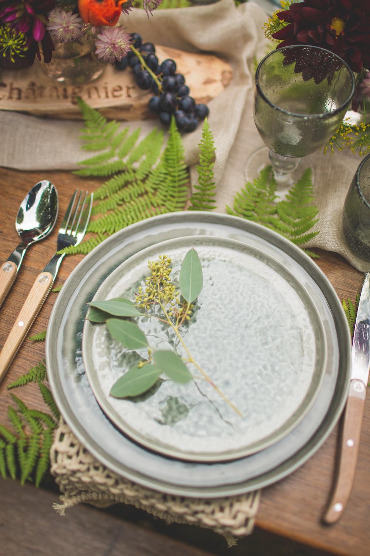 shooting-inspiration-kinfolk-boheme-couleurs-automne-decoration-table-assiette-gris-bleu-eucalyptus-fougere-raisin-macrame-camille-marciano-physalis.jpg