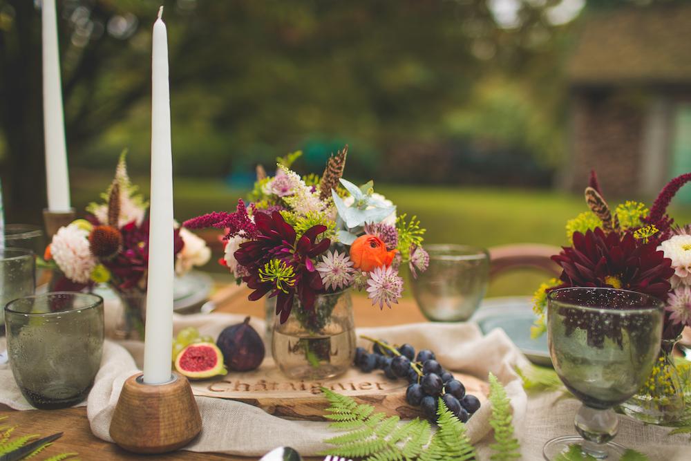 shooting-inspiration-kinfolk-boheme-couleurs-automne-decoration-table-fougere-bougie-fleurs-figue-camille-marciano-physalis.jpg