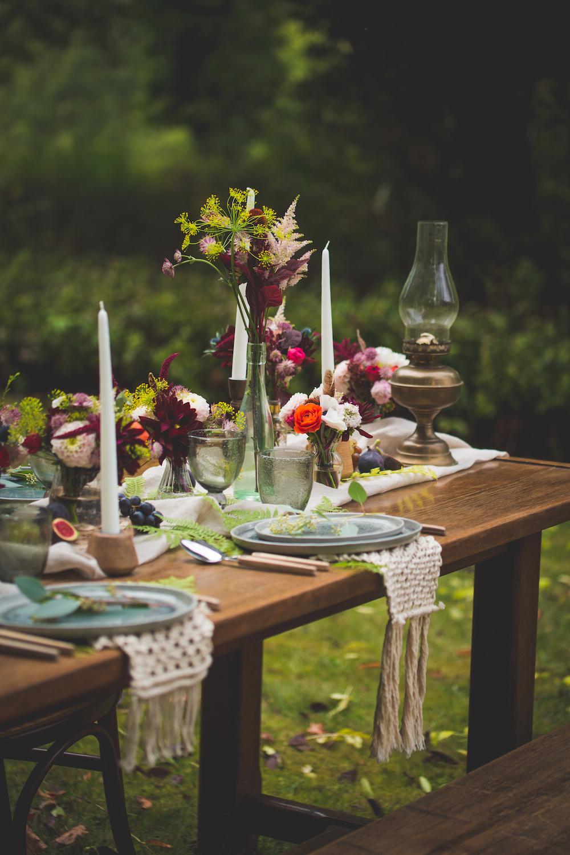 shooting-inspiration-kinfolk-boheme-couleurs-automne-decoration-table-lampe-a-huile-macrame-fleurs-camille-marciano-physalis.jpg