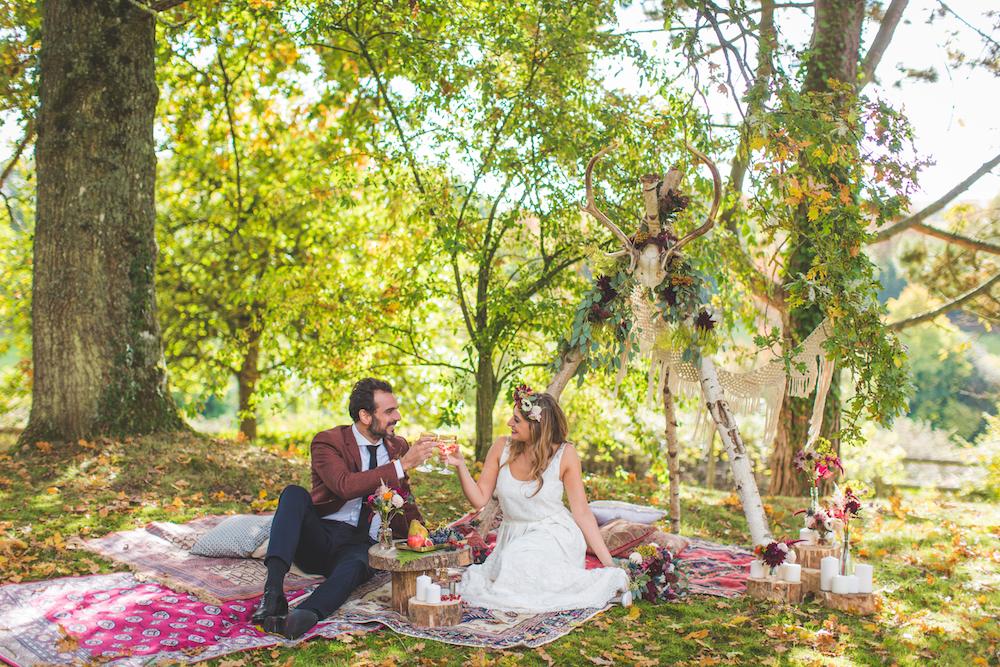 shooting-inspiration-kinfolk-boheme-couleurs-automne-decoration-tipi-tapis-bois-macrame-couple-maries-heureux-trinque-camille-marciano-physalis.jpg