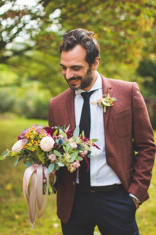 shooting-inspiration-kinfolk-boheme-couleurs-automne-marie-polo-anid-costume-deux-couleurs-l-apieceur-cravate-tricot-the-nines-bouquet-mariee-boutonniere-fleurs-de-pauline-camille-marciano-physalis.jpg
