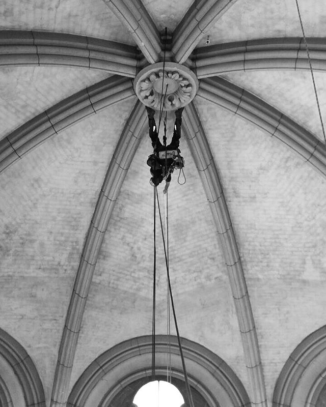 There are many ways to get the job done.. ..upside-down is my favourite. (Throwback from a church restoration project for @stoabockseiltechnik in Munich) . . . . . #throwbackthursday #ropeaccess #everythingispossible #irata #ropeaccessgermany #ropeaccesslife #accesstheinaccessible #upsidedownlife #seilzugangstechnik #seiltechnik #industriekletterer #allgäu #stuttgart #ulm #augsburg #münchen #denkmalsanierung #altbausanierung #esgehtauchohnegerüst #accesoporcuerdas #trabajosverticales