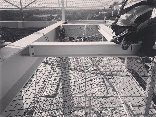 Installation of safety nets for roofing work. Thanks to Seilpartner Berlin for the project. Vielen Dank an die Firma Seilpartner GmbH für den Auftrag. (www.seilpartner.com) . . . . . #industrialclimbing #ropeaccessgermany #workatheight #heightsafety #fallprotection #safetynetting #steelconstruction #industriekletterer #höhenarbeit #höhensicherung #absturzsicherung #netzmontage #fallschutznetz #schutznetze #stahlbau #hallenbau #trabajosenaltura #seguridadenalturas #proteccionanticaidas #redesdeproteccion