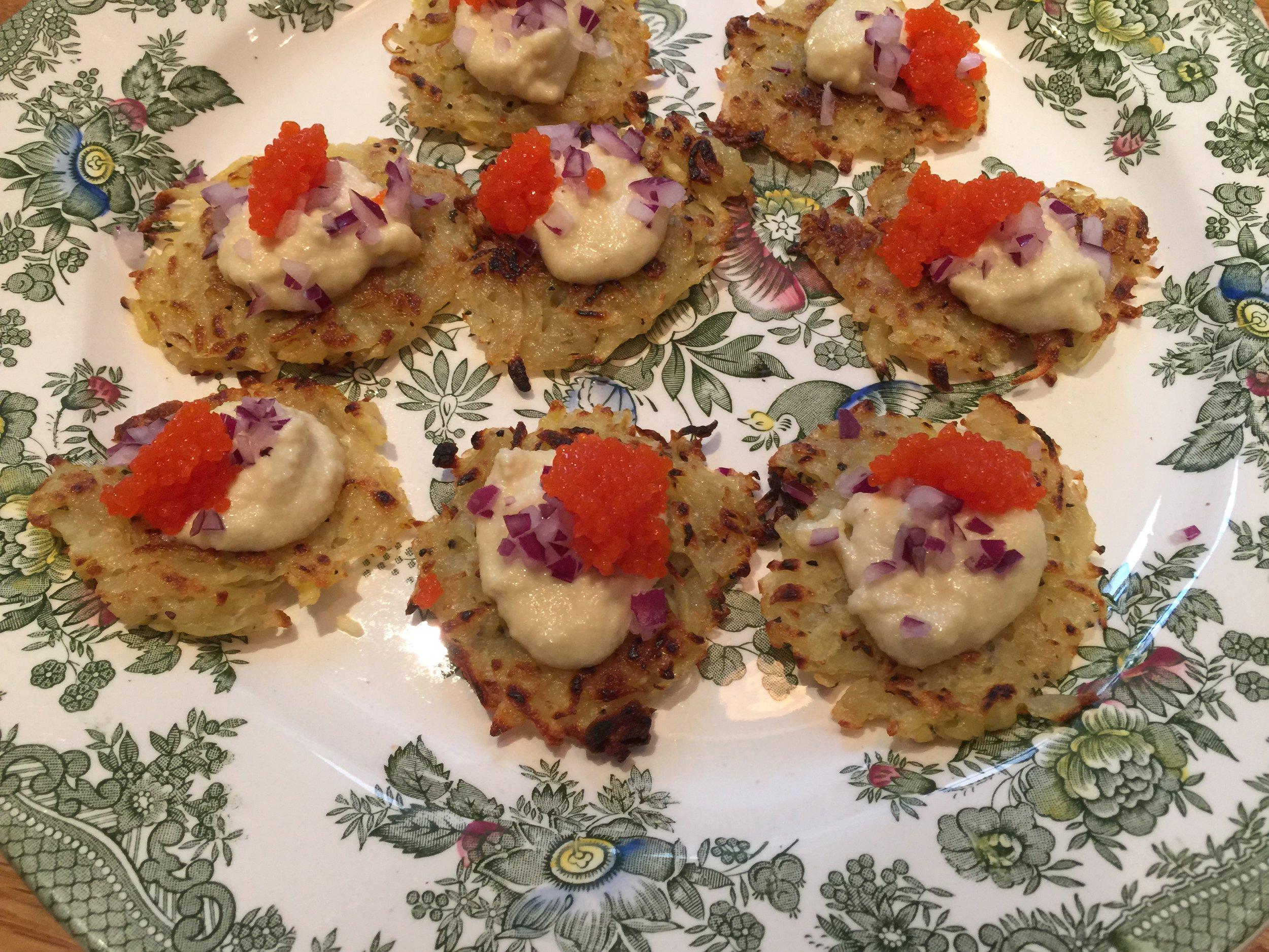 Rösti med cashewkräm, aljkaviar och hackad rödlök