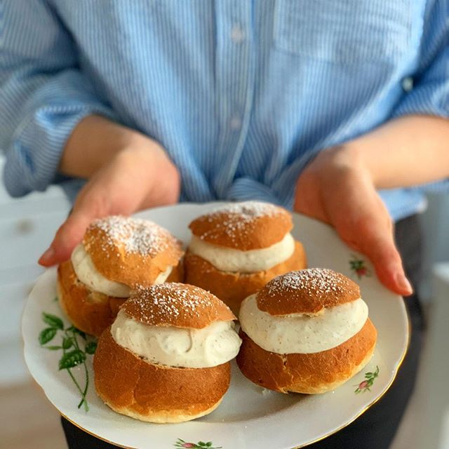 Happy Shrove Tuesday! /Glad Fettisdag! 💛💛 I use whipped soya cream from @alpro in my semla, what do you prefer? 🤗 Check out @matkalender.nu if you wanna find out why we celebrate this awesome food day! 😎