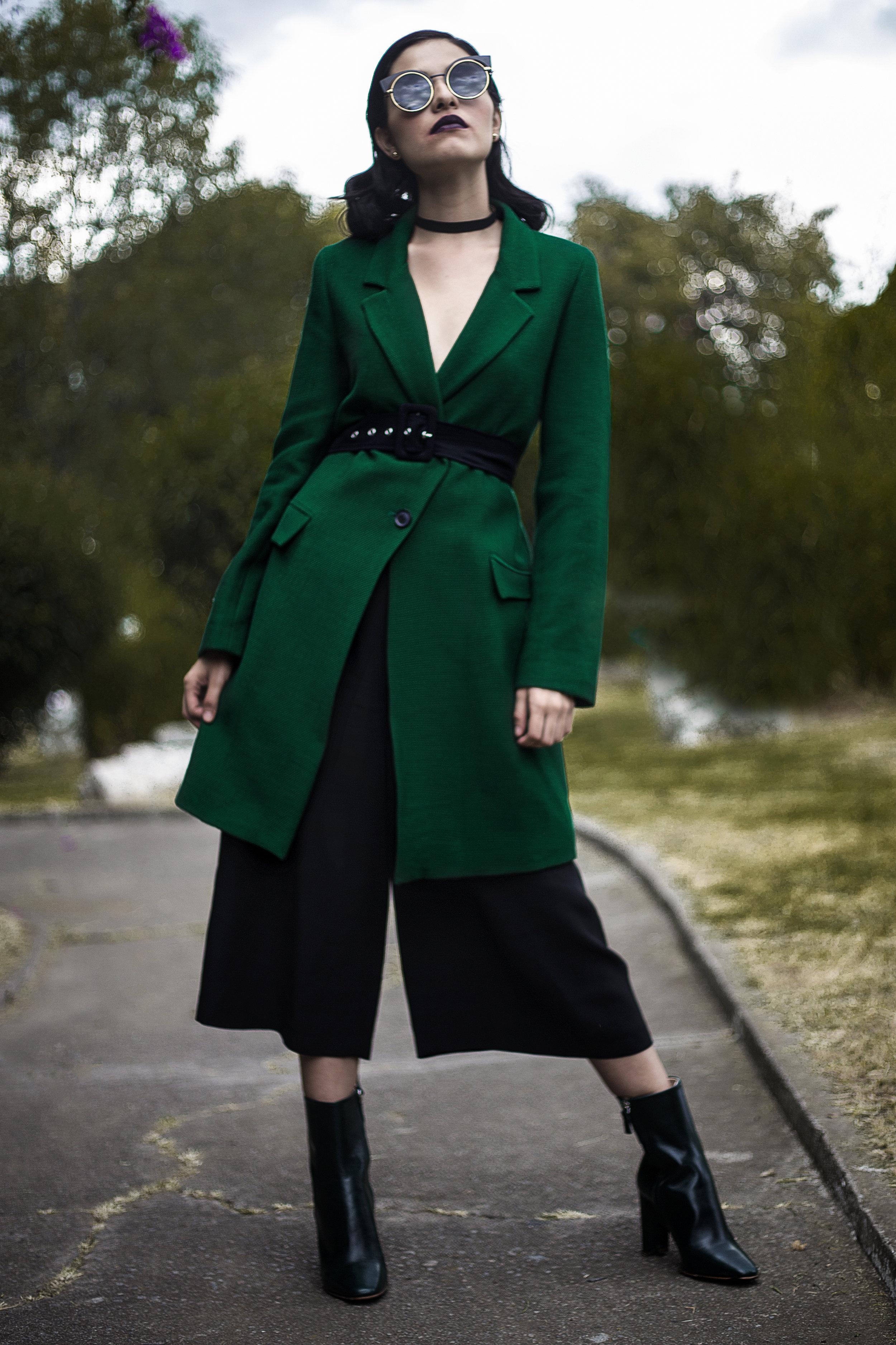 Para cubrirme de las lluvias y el frío, un abrigo oversize de ZARA.  Botas MANGO (En la foto no se distingue pero son verdes) ¡LAS AMOOOOO!