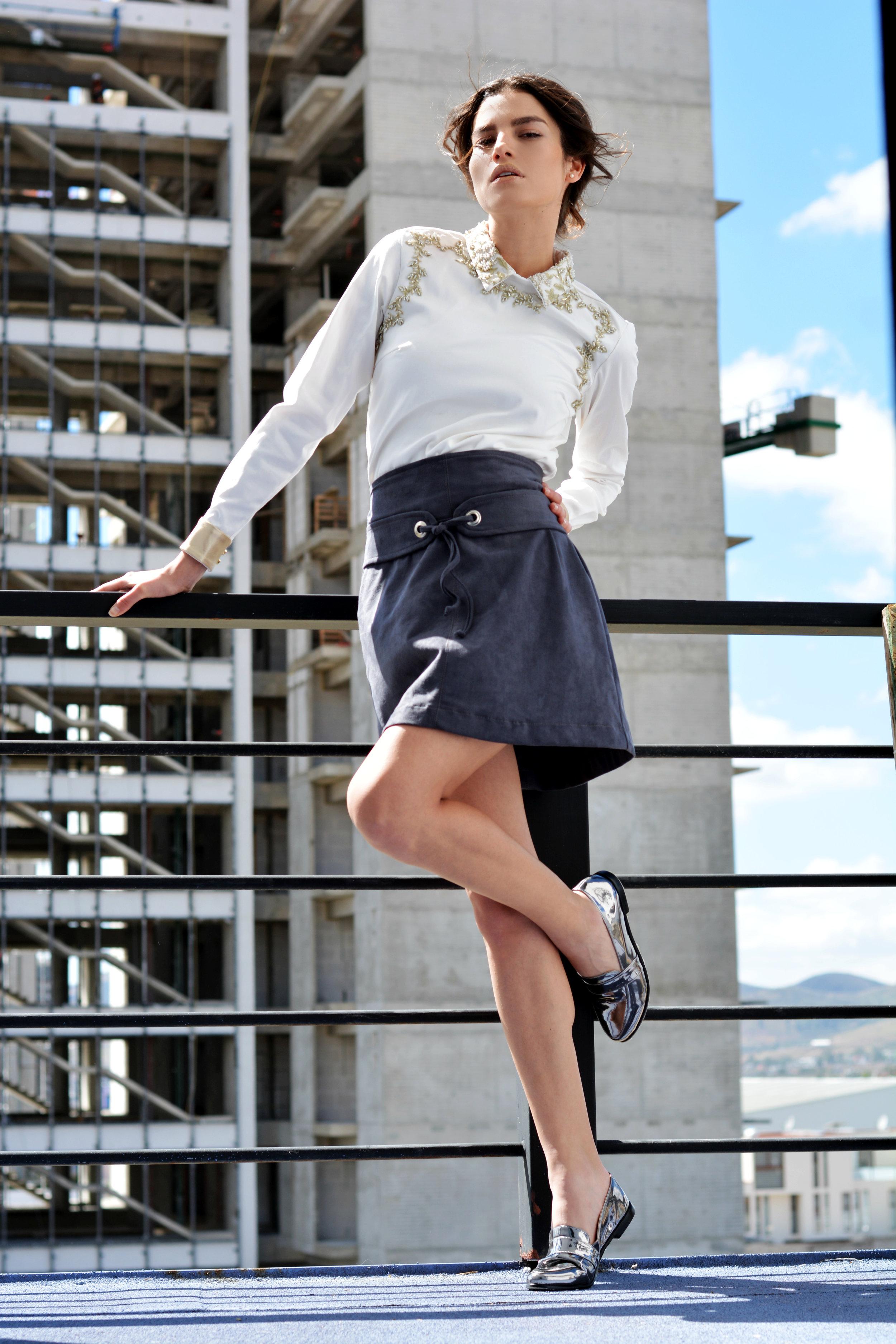 Camisa con aplicaciones: NUDE VIBES  Falda de terciopelo: LIMÓN LIMÓN  Loafers: FELICIFIC