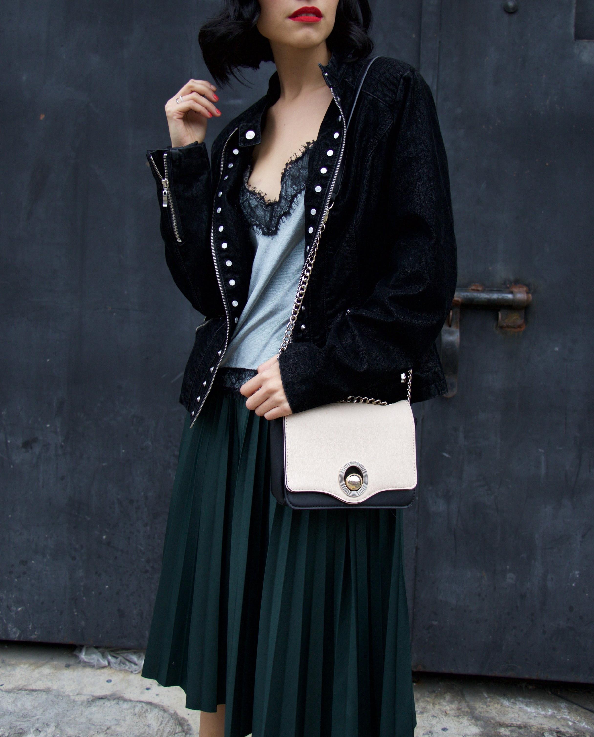 Shoulder bag- ZARA    Jacket- LOÈIL