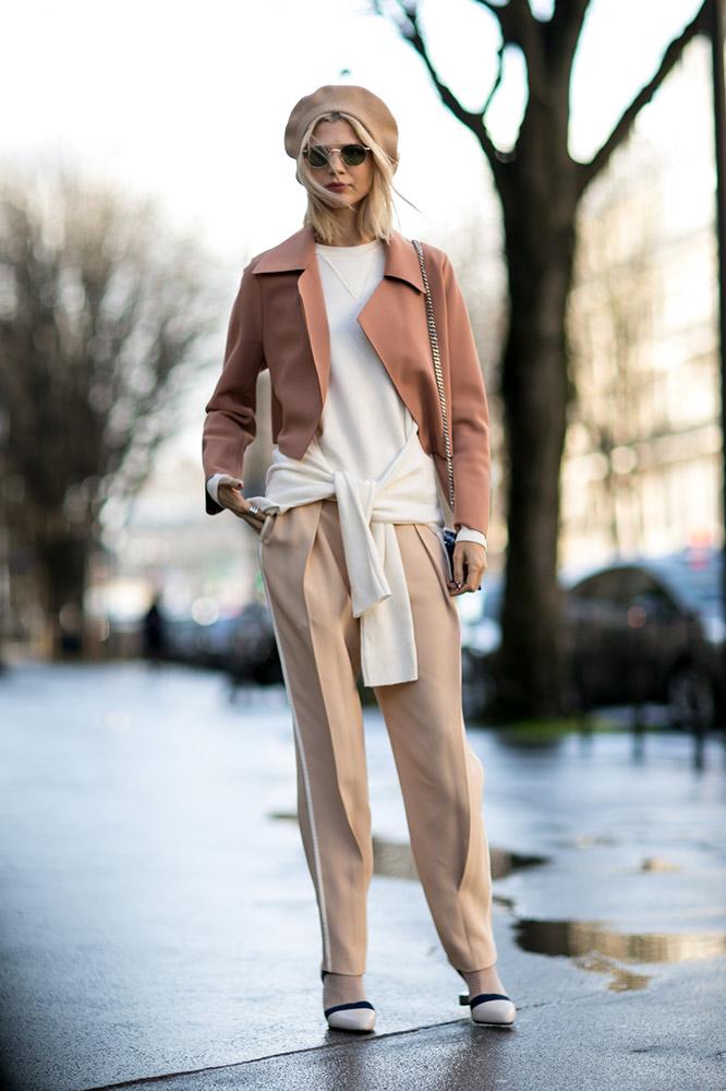 dusty-rose-coat-beige-pants-beret-street-style.jpg