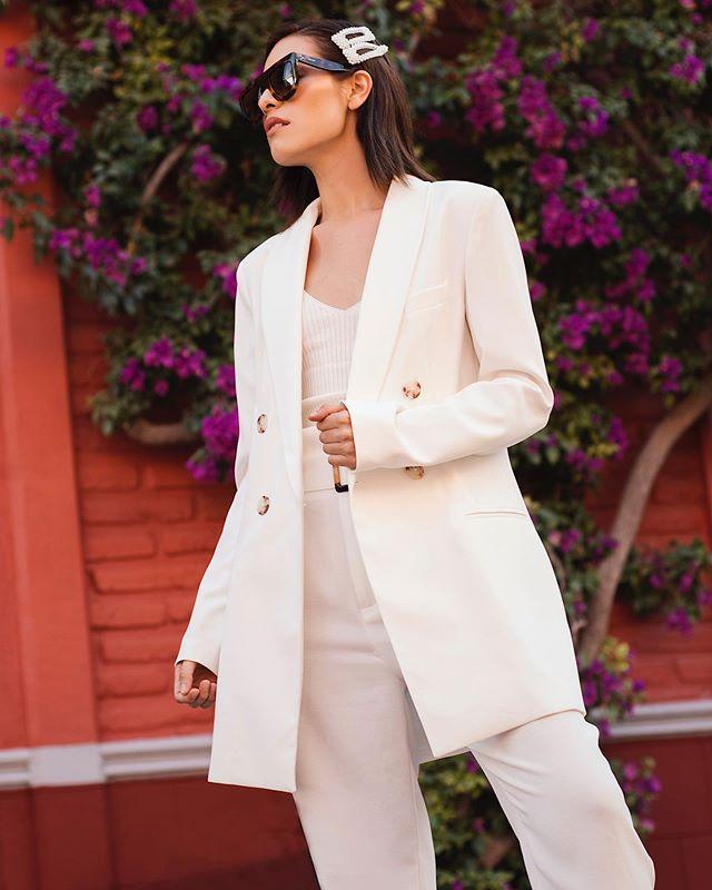 """Never underestimate the power of a suit�💘 La historia del traje sastre de mujer es de mis favoritas. Les cuento que tuvo que pasar mucho tiempo para que el """"traje pantalón� fuera aceptado como parte de la indumentaria femenina.😱 Los pantalones de vestir no eran una prenda aceptada para la mujer y fue hasta 1966 cuando el diseñador YSL se inspiró en la chaqueta y pantalones de etiqueta de hombre para crear la versión femenina. Desde entonces es una prenda emblemática que rompe con muchos estereotipos y estándares de belleza🖤 En la actualidad, los  retails , diseñadores y marcas de lujo han sacado su propia versión en infinidad de colores y materiales. Yo lo considero básico de fondo de armario, puedes hacer infinidad de combinaciones y lograr estilos súper diferentes para cualquier ocasión. ¿Les gusta esta prenda o qué opinan? � A mi me encanta usarlos, son prácticos , te hacen ver arregladita y te ves más poderosa .💫 jajaja #stradablogmx . . . Suit @stradivarius  Gafas @celine . . . #stradilooks #mexico #suitstyle #whattoweartowork #womansuit #girlssuits #personalstyleblog #fashioncontent #summerlookbook #streetstyleph #bloggerpoblana #blogpersonal #workingirls #girlbossstyle #girlpower🌼"""