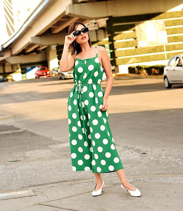 """GREEN + POLKADOTS💚 Mi jumpsuit favorito para el verano. 🤩 Los pantalones son tipo """"culotte� y me encantan mucho, ya que no me gusta usar prendas tan ajustadas y estos vienen muy holgados.🙌� ¿Ustedes cómo prefieren que les quede la ropa?� ¿Ajustada o flojita? 👀 #stradablogmx . . . . . . #streetstyleph #misslolaofficial #polkadotsjumpsuit #dailylooks #fashioncontent #bloggerstyle #bloggerpoblana #blogdemoda #styleapartmentmx #streetstyleoutfit #personalstyleblog #dailyoutfitinspo #whattoweartowork #fashionconsultant #mexico #imageconsulting #tipsdemoda"""