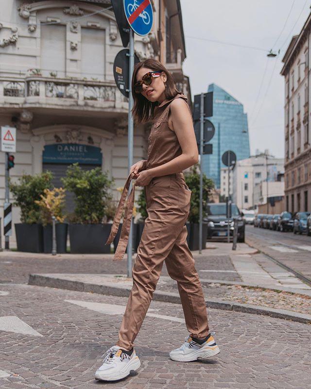 #StradaLooks✨Utility Jumpsuit � obsesionada con este trend, este tipo de prendas son súper cómodas. También pueden encontrarlo en versión de mono (short) y en colores tierra: beige, terracota, café, etc. ¿Con qué lo usarían ustedes?🤩 . . . Outfit @styleapartmentmx Photo @francescoanglanifp . . . #stradablogmx #utilityjumpsuit #stradagoestomilano #eurotrip2019 #traveloutfits #milanotoday #streetstyleph #streetstylemilan #fashionoutfits #sundaylooks #imageconsulting #milanstyle #bloggerpoblana #stylingtips #traveldaily