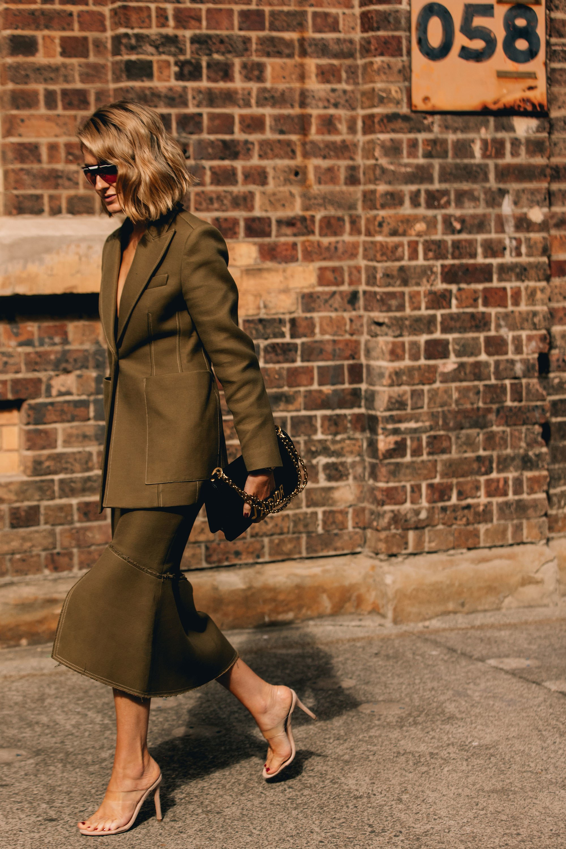 with a skirt? - Con una falda puedes darle un toque mucho más glam a tu look.