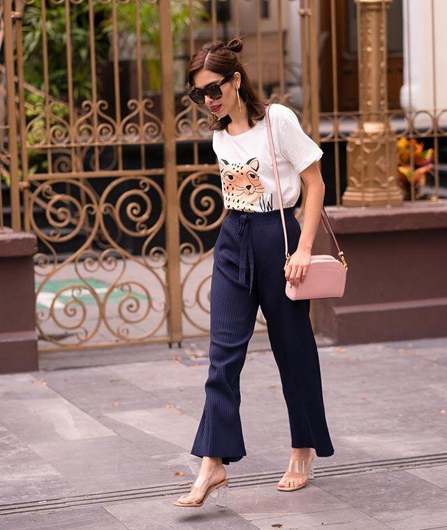 #StradaLooks✨ 𝐎𝐮𝐭𝐟𝐢𝐭 𝐜𝐨𝐧 𝟐 𝐛á𝐬𝐢𝐜𝐨𝐬 𝐝𝐞 𝐚𝐫𝐦𝐚𝐫𝐢𝐨: 𝐭-𝐬𝐡𝐢𝐫𝐭 + 𝐩𝐚𝐧𝐭𝐚𝐥𝐨𝐧𝐞𝐬 𝐧𝐚𝐯𝐲 𝐛𝐥𝐮𝐞 😍 Todo de @companiafantastica 💜 #todayilookfantastic Cuando quieras elevar un outfit donde solo usas prendas básicas, agrega de 2 a 3 accesorios y verás como cambia completamente.🙌🏼 Puede ser un bolso que contraste, calzado de tacón, gafas de sol, pendientes largos, chaqueta denim, etc... ¿Te gusta este look?✨ . . . . . . #todayilookfantastic #moda #imagenpersonal #styletips #compañiafantastica #girlpower #fantasticathome #mondayoutfit #modaespañola #zoomoutfits #asesoriadeimagen #asesorademoda #imageconsultant