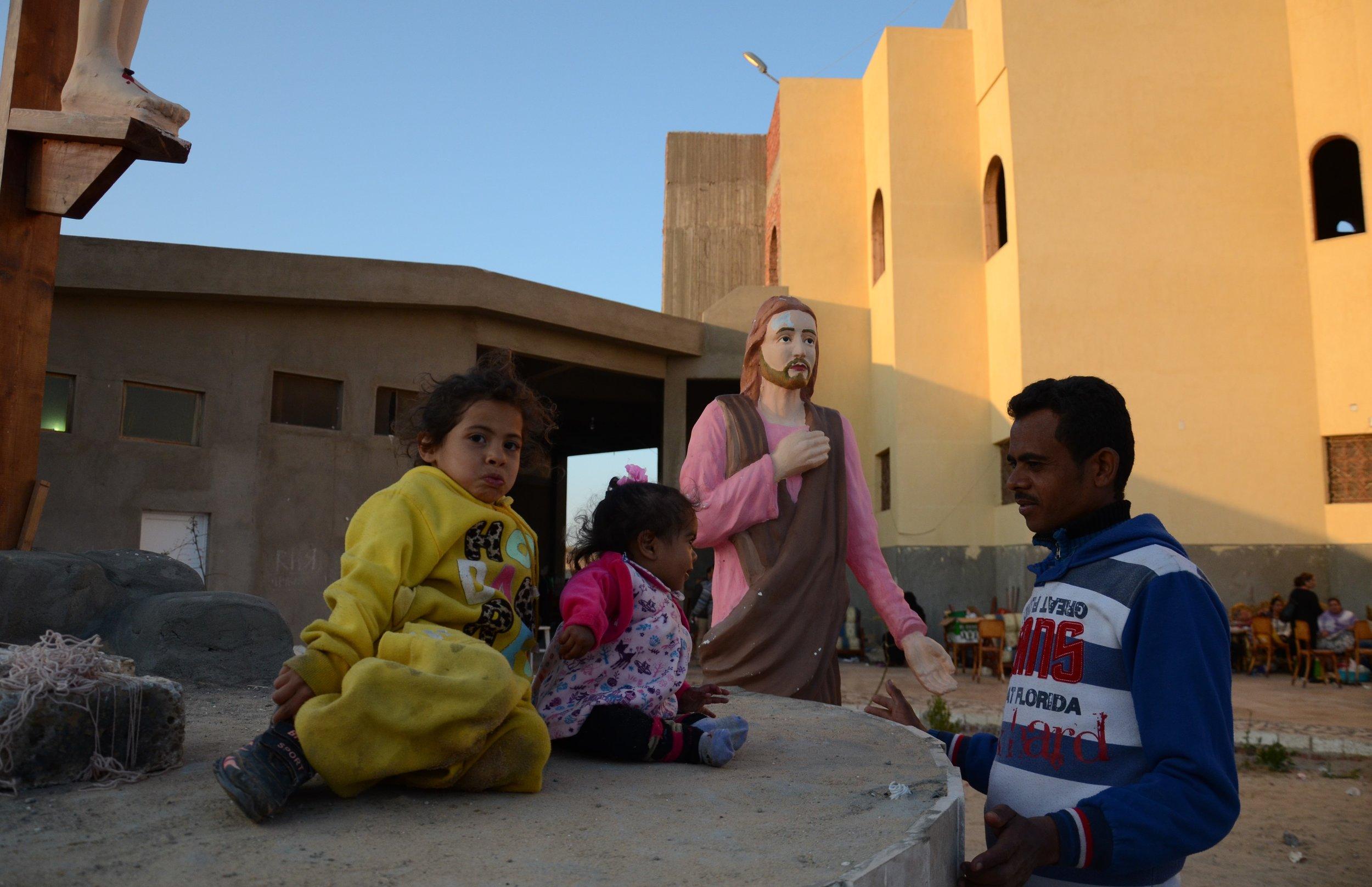Familles réfugiées devant l'église de Mostaqabal city, Ismaïlia.  ©  A. L.