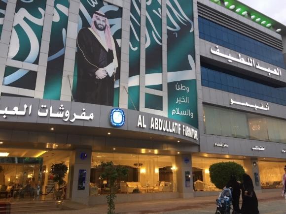 """Rue Tahlia de Riyad surnommée """"les Champs Élysées"""" saoudiens. Portrait du prince héritier, Mohammed ben Salmane."""