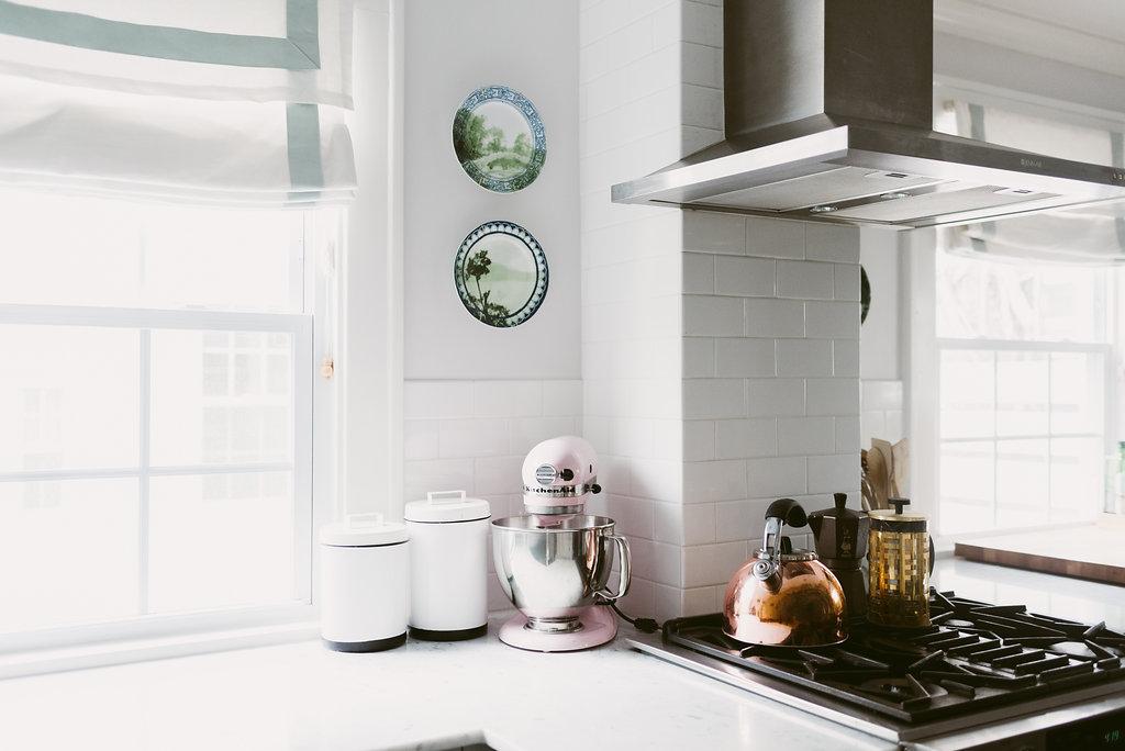 deboe-studio-interiors-white-kitchen-gray.jpg