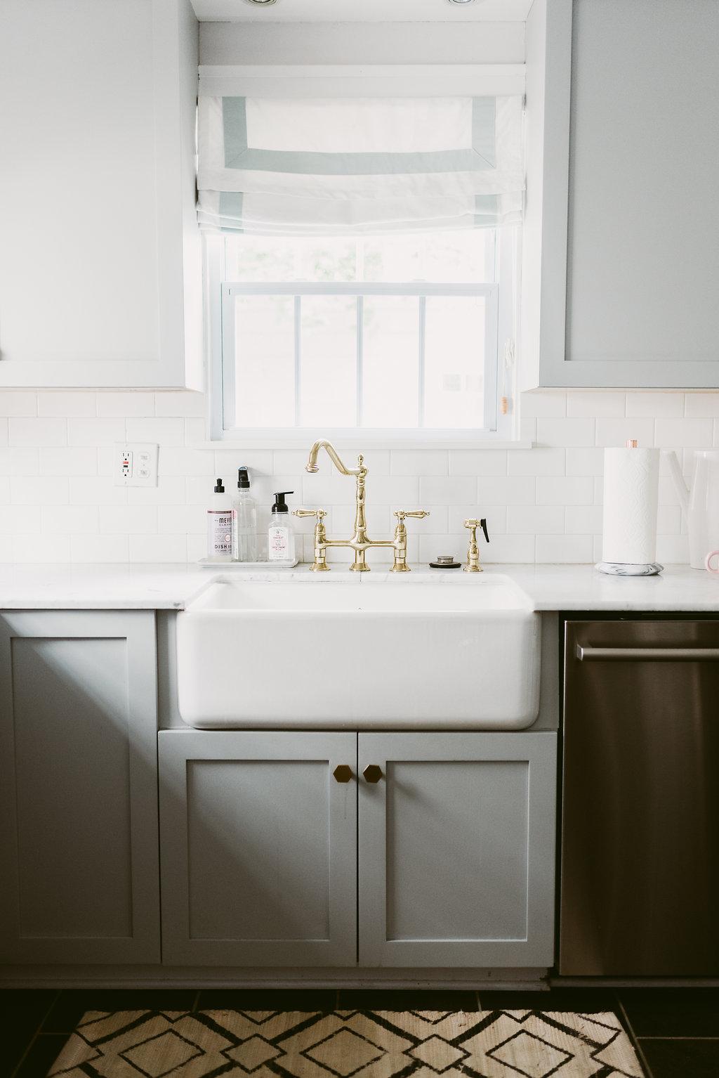 deboe-studio-interiors-gold-hardware-kitchen