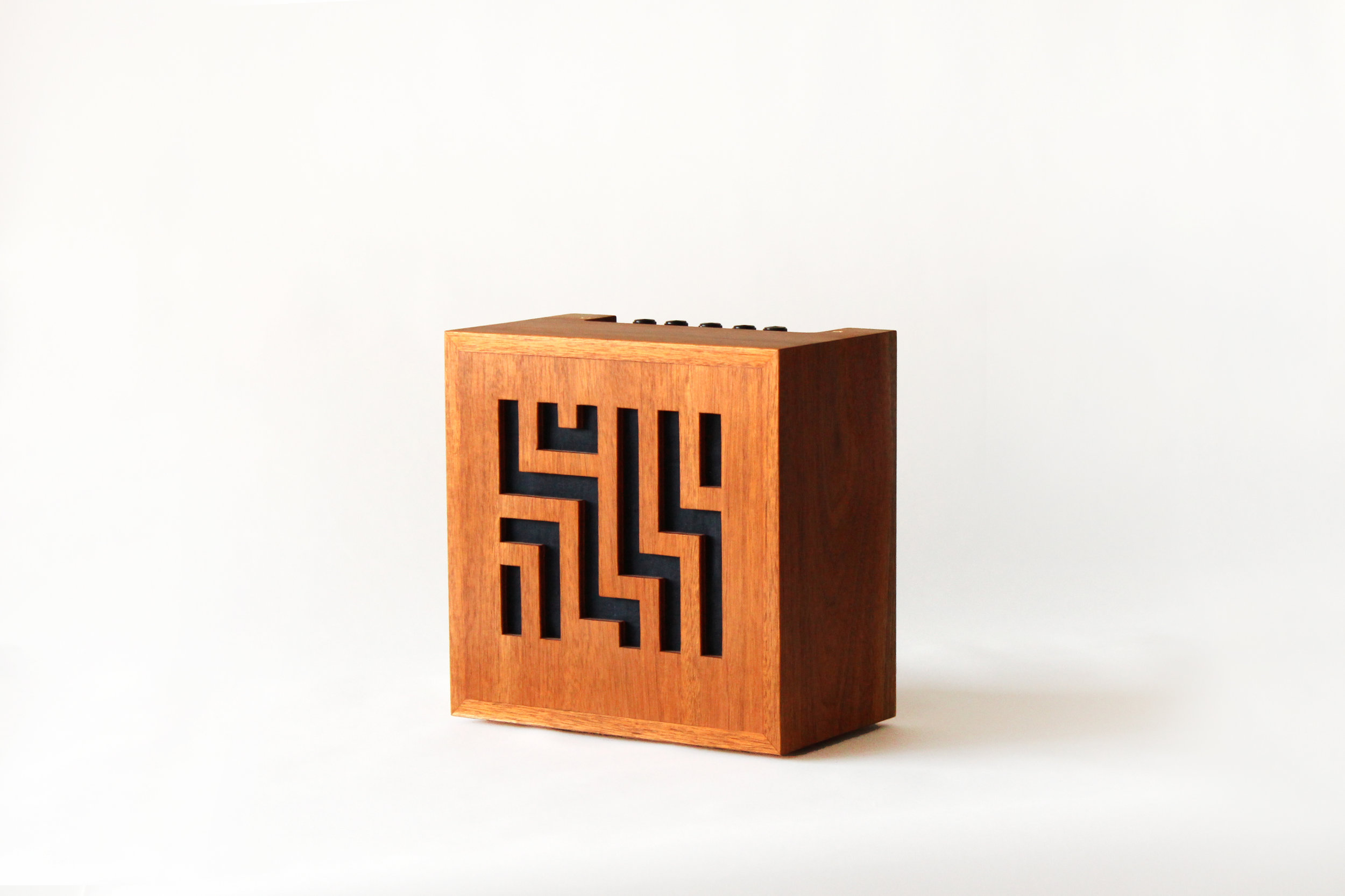 Emma Senft, custom amp, mahogany, solid wood, fine furniture, Montréal, meubles sur mesure, Quebec, custom music gear, mahogany cabinet, vintage radio, art deco,