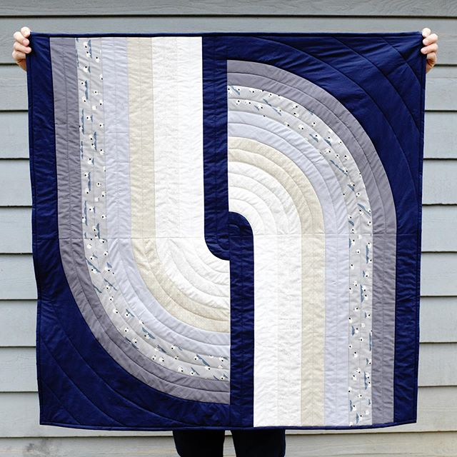 For your viewing pleasure, a more neutral #looperquilt! This was a gift for a bebe with a nursery color scheme of navy, gray and white. You can also see how Looper looks with a print, I was so glad to be able to incorporate these sweet wee sheepies by @missmelodymiller and @wattsalot 🐑💙 #quiltsofinstagram #quilting #ogcottonandsteel #igquiltfest
