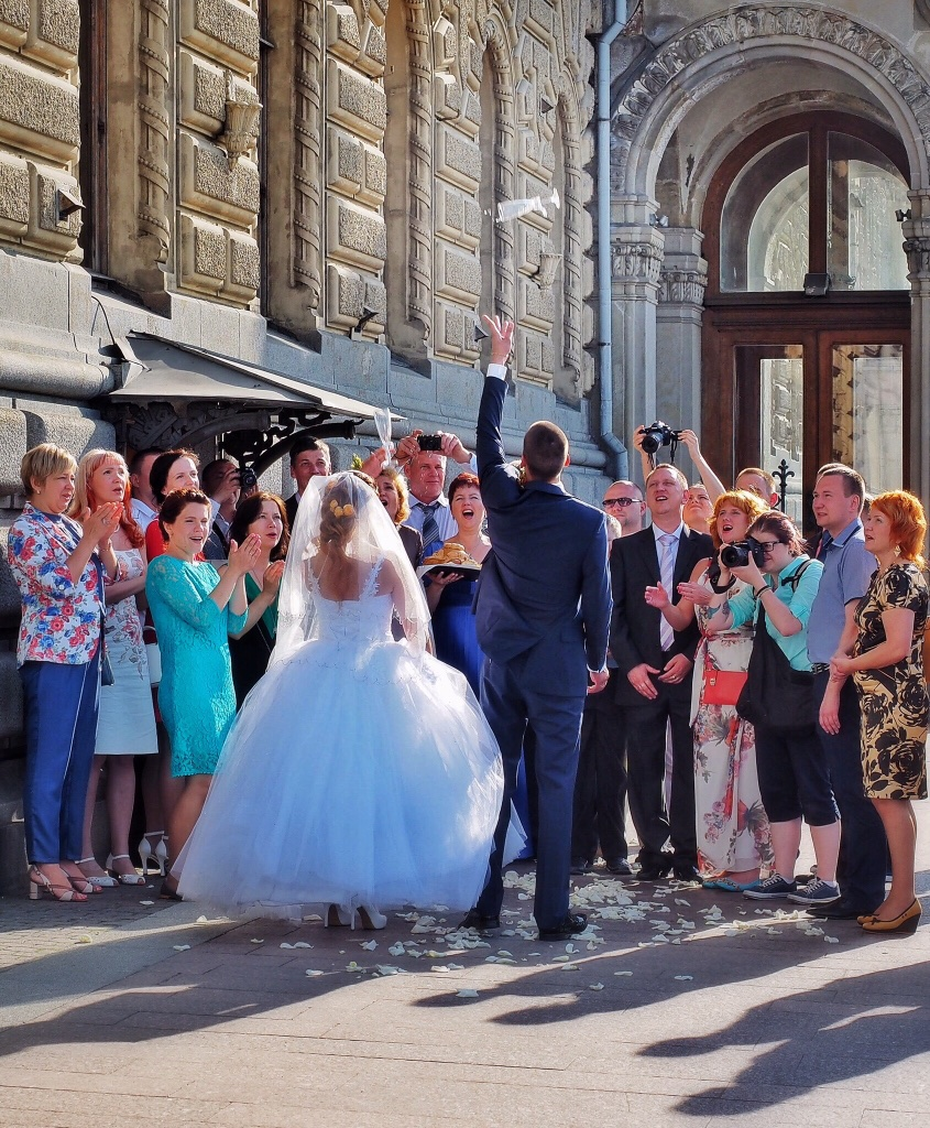 High hopes and broken champagne glasses mark a wedding in St. Petersburg