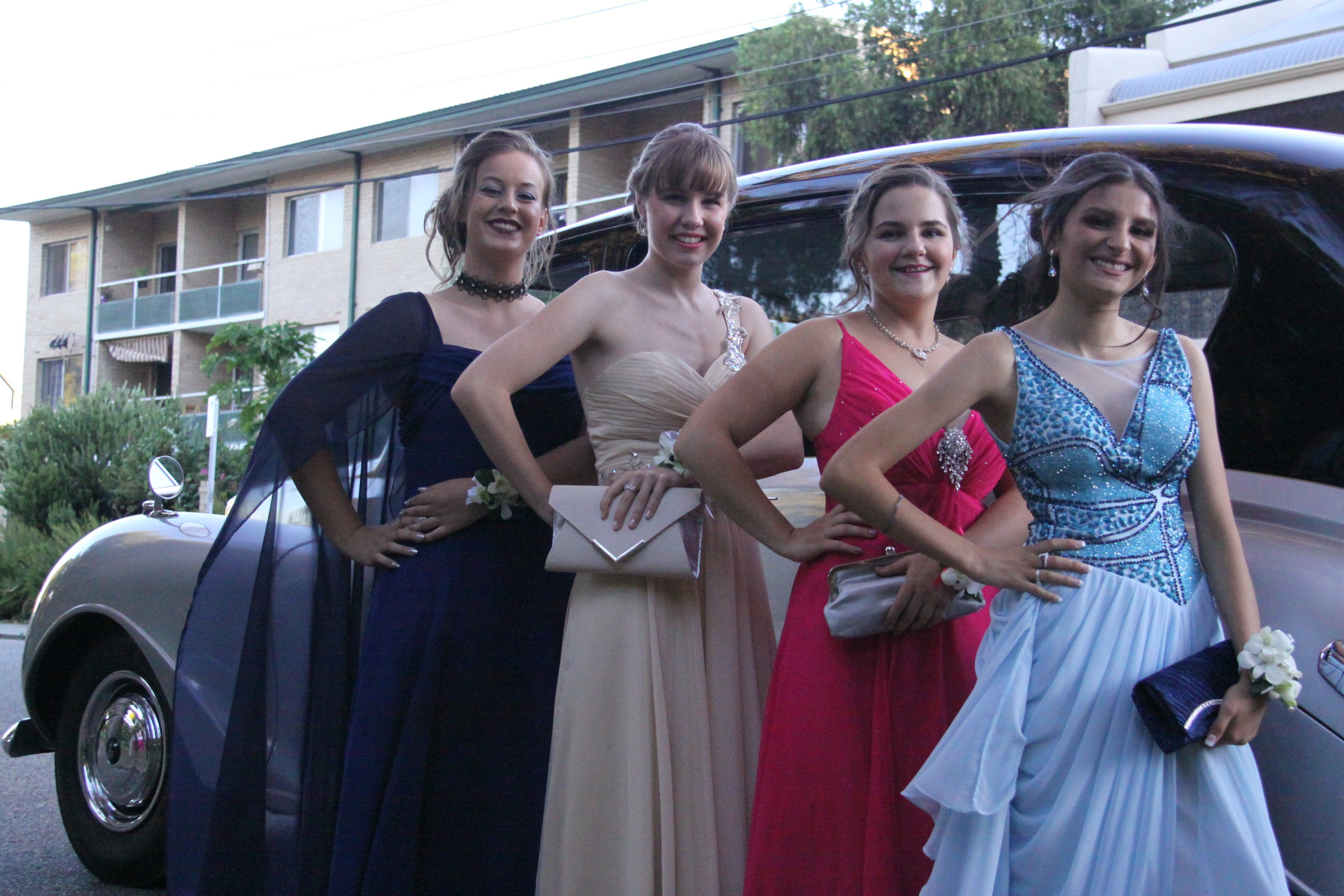 closer-limousine-with-ladies-very-nice-classics-wedding-cars-perth-school-ball.JPG