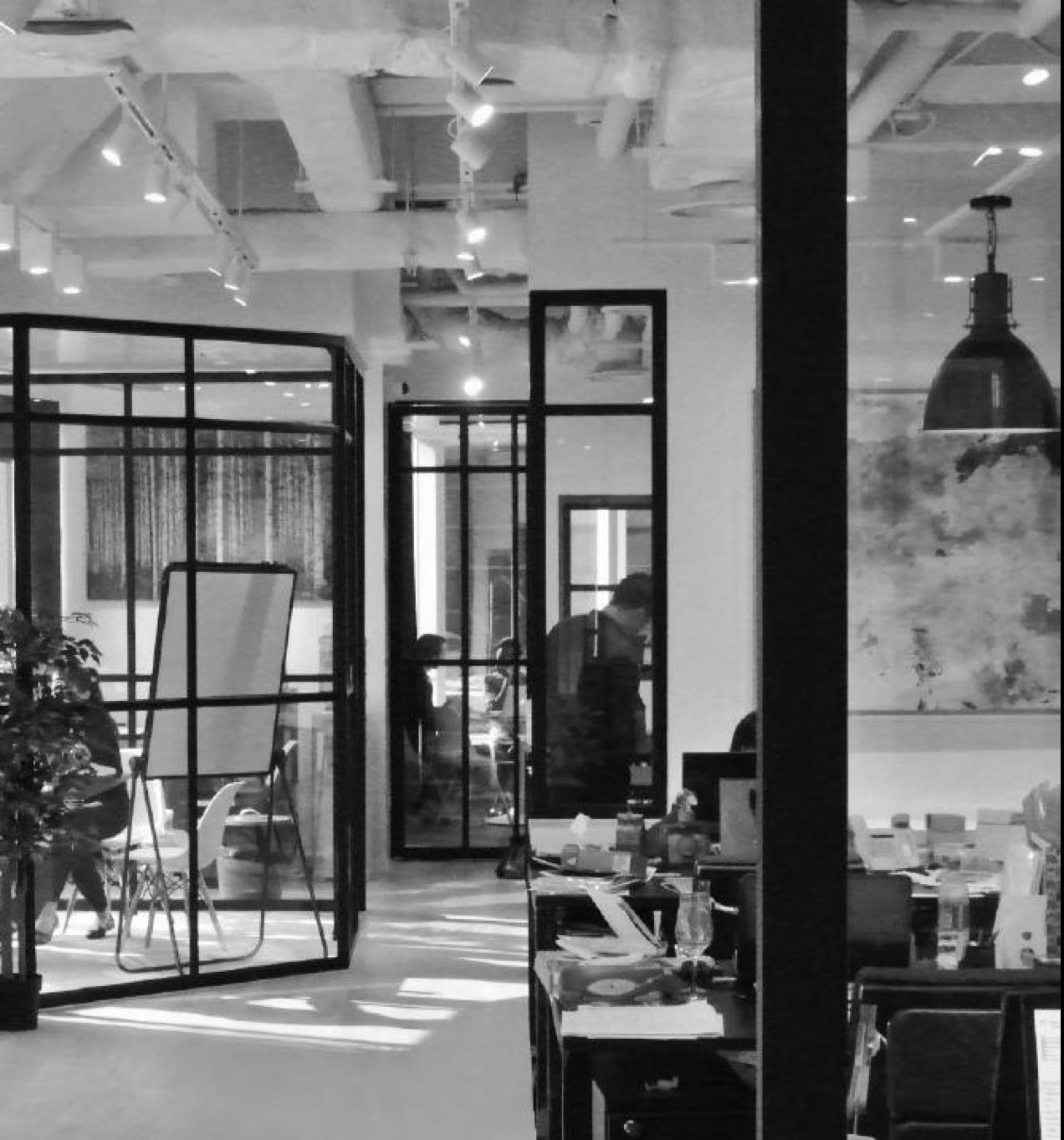 NOTRE HISTOIRE - ArtQube est une société internationale implantée à Hong Kong, Shanghai, Singapour et Paris.Nous proposons un service complet de conseil et d'approvisionnement en art pour des projets d'hôtels, de bureaux ou résidentiels. Nous créons des œuvres sur-mesure pour répondre aux besoins des architectes d'intérieur et décorateurs en tenant compte des contraintes esthétiques et budgétaires.Depuis sa création en 2013, ArtQube a construit un réseau sans précédent d'ateliers, de galeries, d'artisans, d'artistes et de designers, maîtrisant ainsi la totalité de la chaîne de valeur: de la conception à la création et la réalisation.