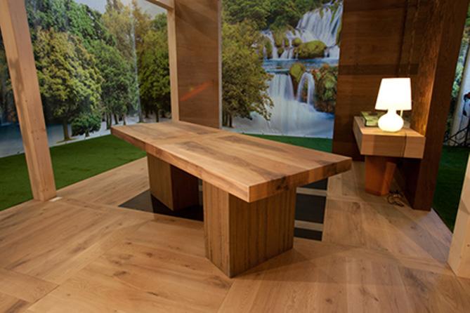 Table in European walnut