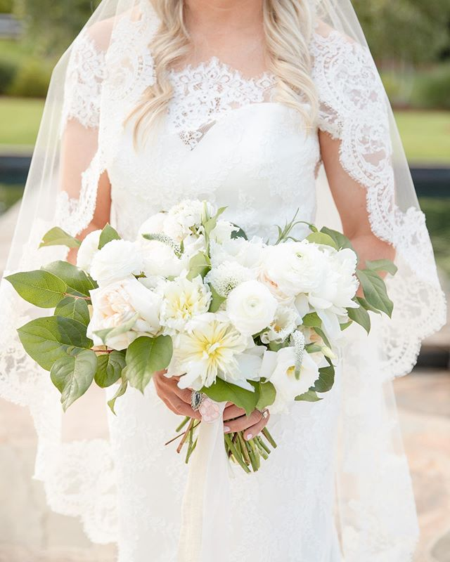 happy #weddingwednesday! love this soft, beautiful bridal bouquet by @bkwedevents 🌿