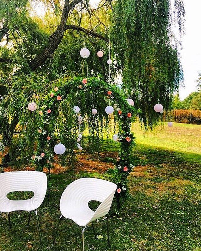 Les arbres enchantés 🌸🍃 Au Mas, il y a certaines nuits où des jolies fleurs poussent dans les arbres ✨ Celles-ci ont éclos durant un mariage lors d'une belle soirée d'été 😊 — Le Mas des Canelles est un lieu de réception à Toulouse géré par Miharu. www.miharu.fr —  #masdescanelles #toulouse #occitanie #sud #nature #garden #canaldumidi #event #mariage #love #happy #amour #mariage