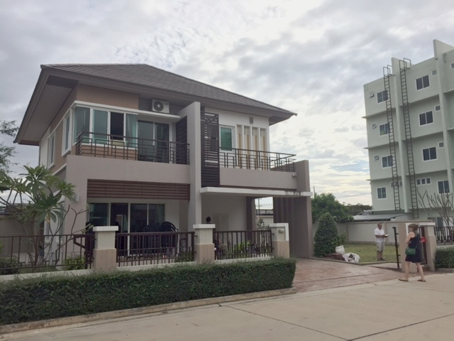 The whole complex: Pattaya residential house, garden lot in the center, and the two 5-story shop houses to the far right.