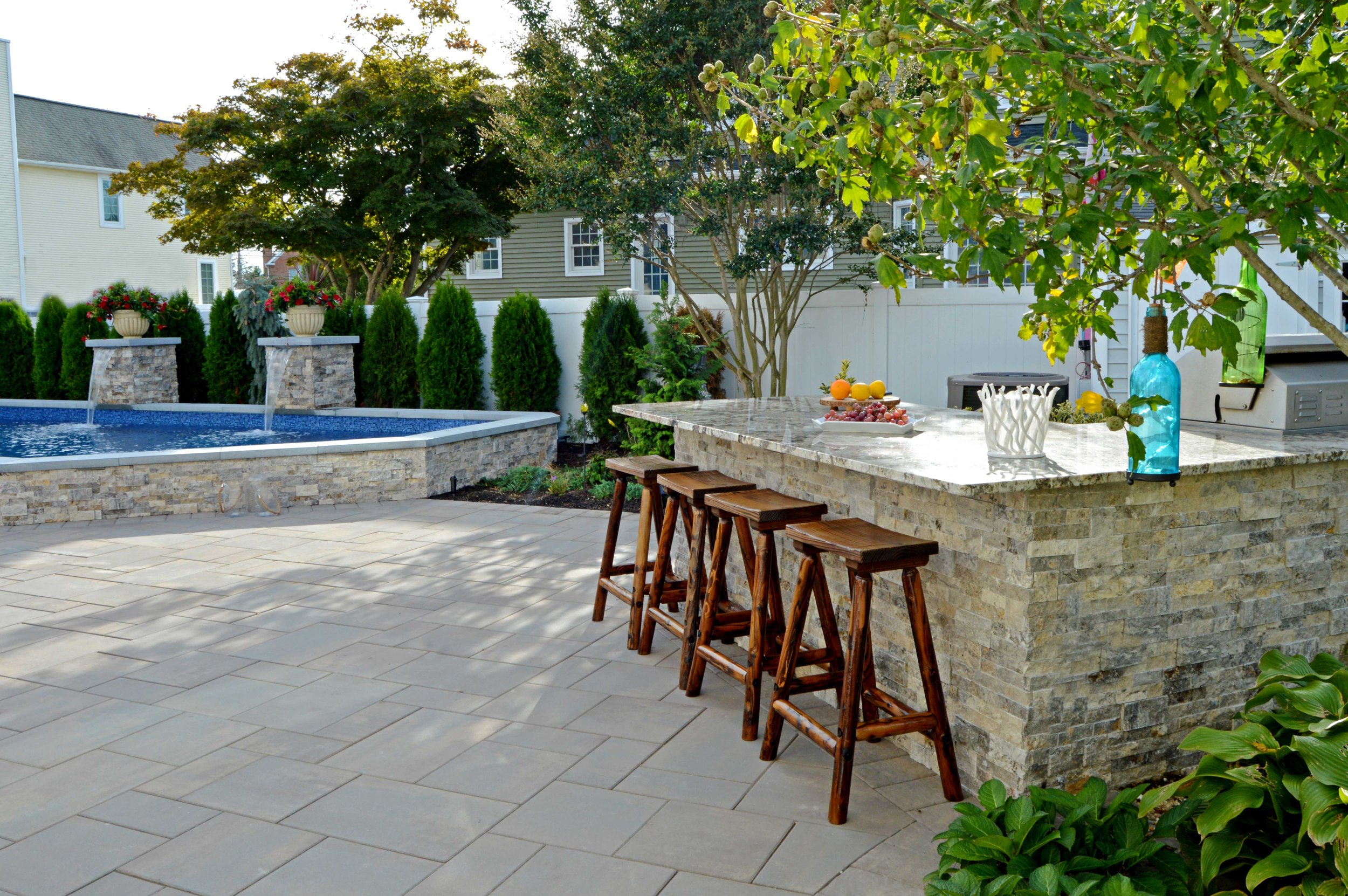 Outdoor kitchen with a bar in Plainview, NY
