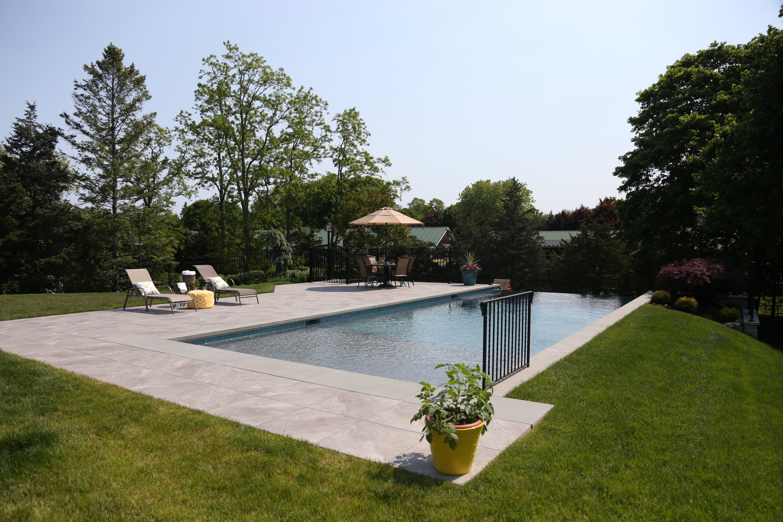 4 Infinity Swimming Pool Designs for Your Hauppauge, NY, Backyard