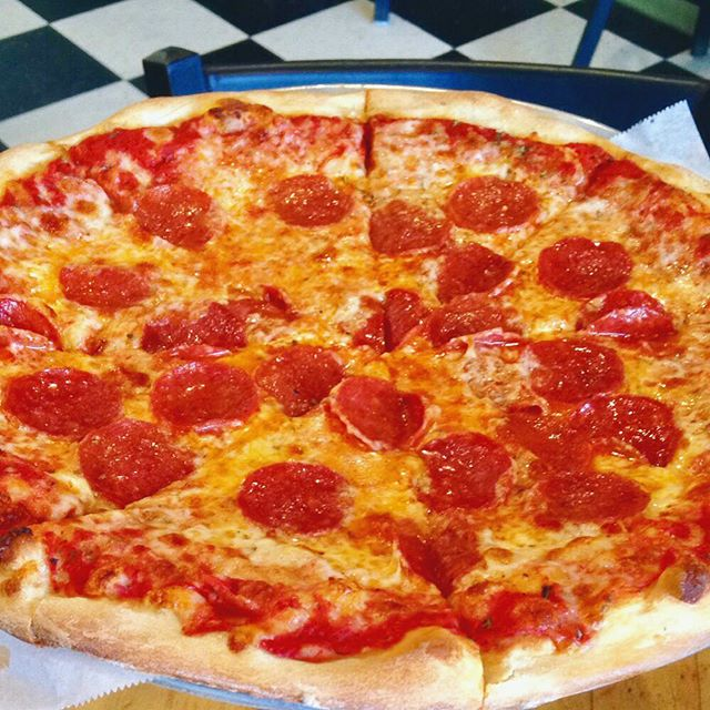To za or not to za? That's never a question.👨🏻‍⚖️ #getstealz @original_ny_pizza {photo by scooter o.}
