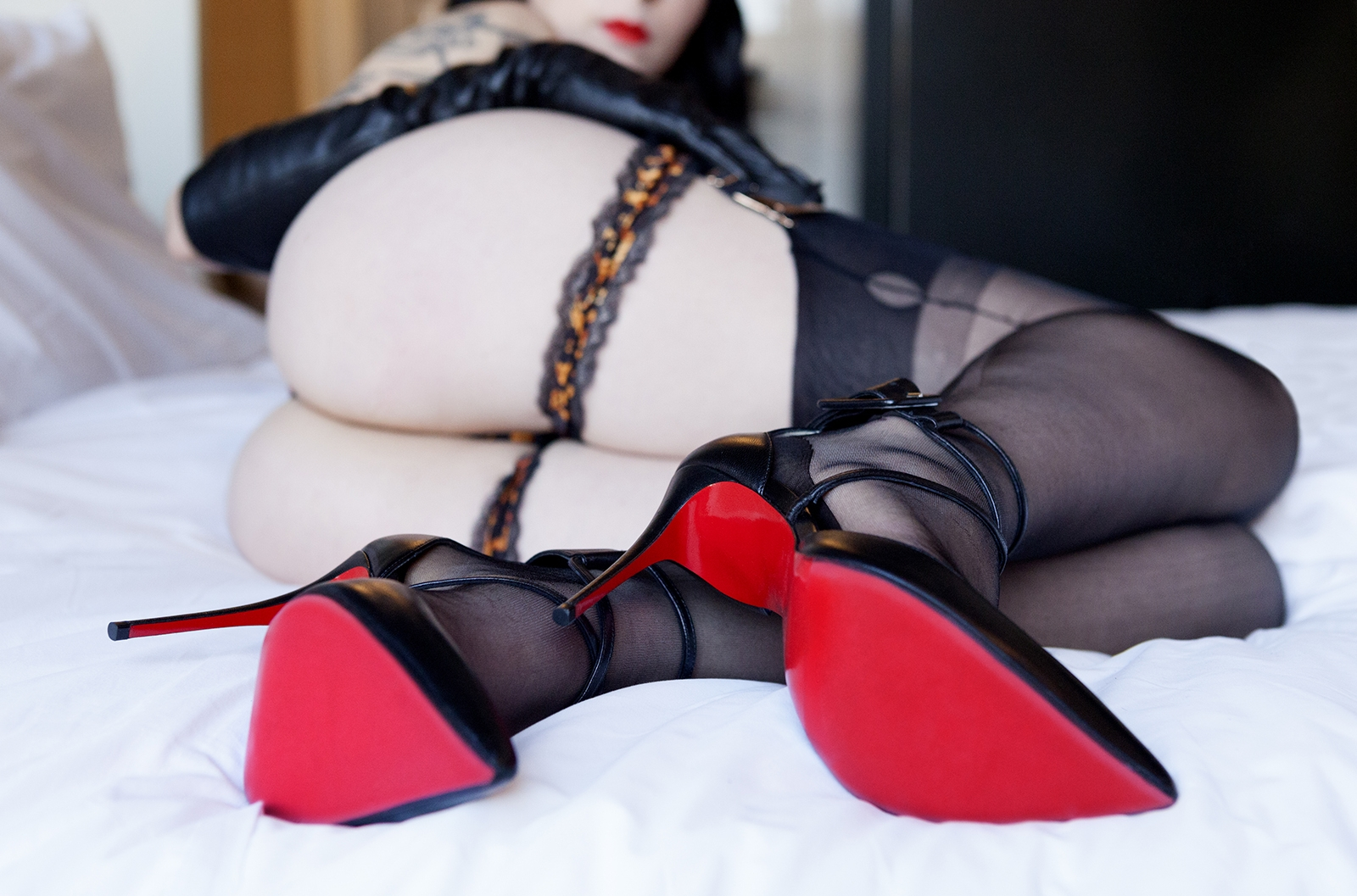mistress_ramona_ryder_stocking_fetish_louboutin_sf_garter_agent_provocateur_red_lipstick_leather_gloves_dominatrix.jpg