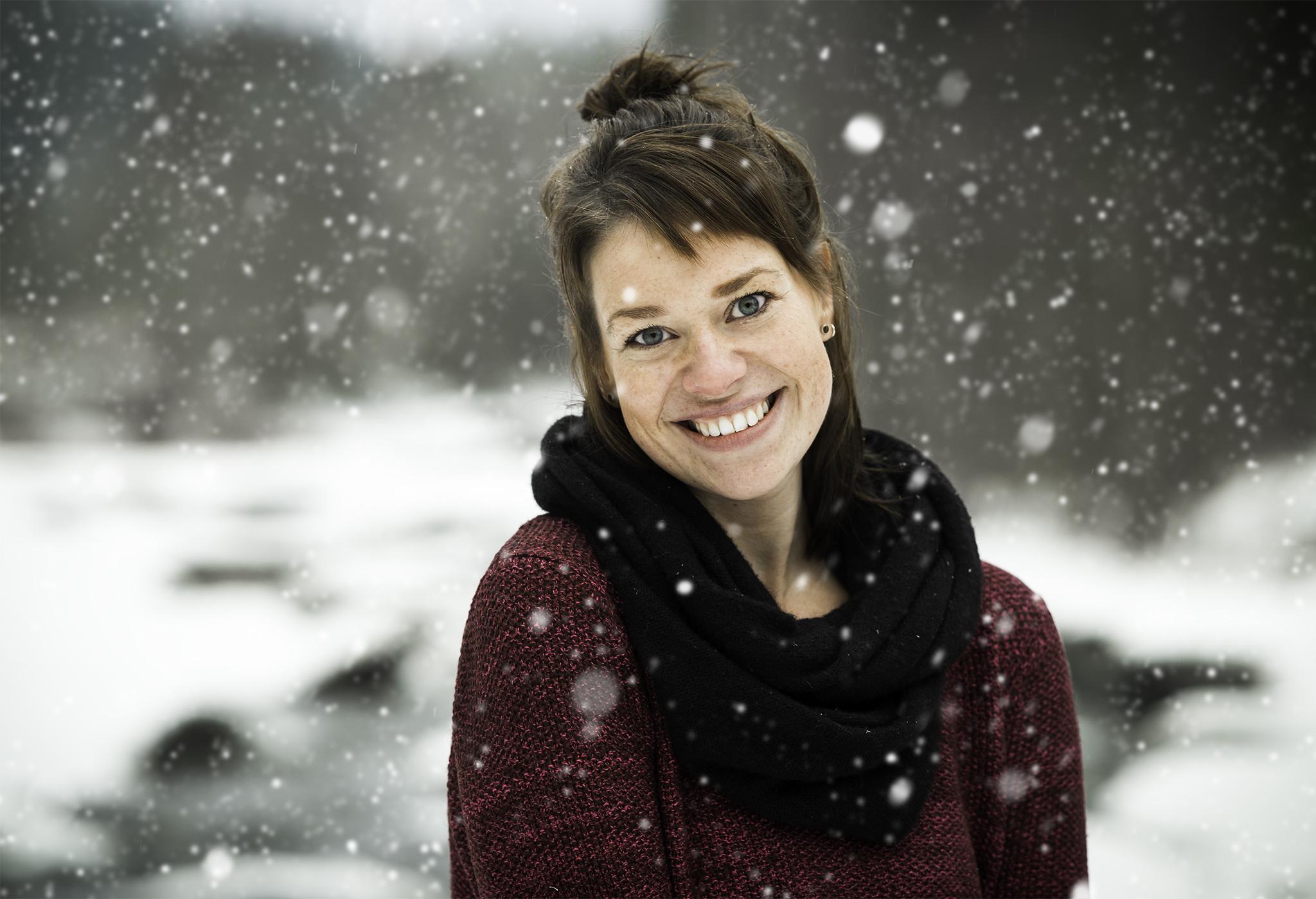 Mallina ihana ja kaunis siskoni Sari, joka on myöskin valokuvaaja! Sarin kuvia näkee  täältä.   Saatiin lopuksi ihana lumisade, joka ei tosin ihan niin kauniina tallentunut kuvaan, joten tein Photoshopilla hieman lisää :)