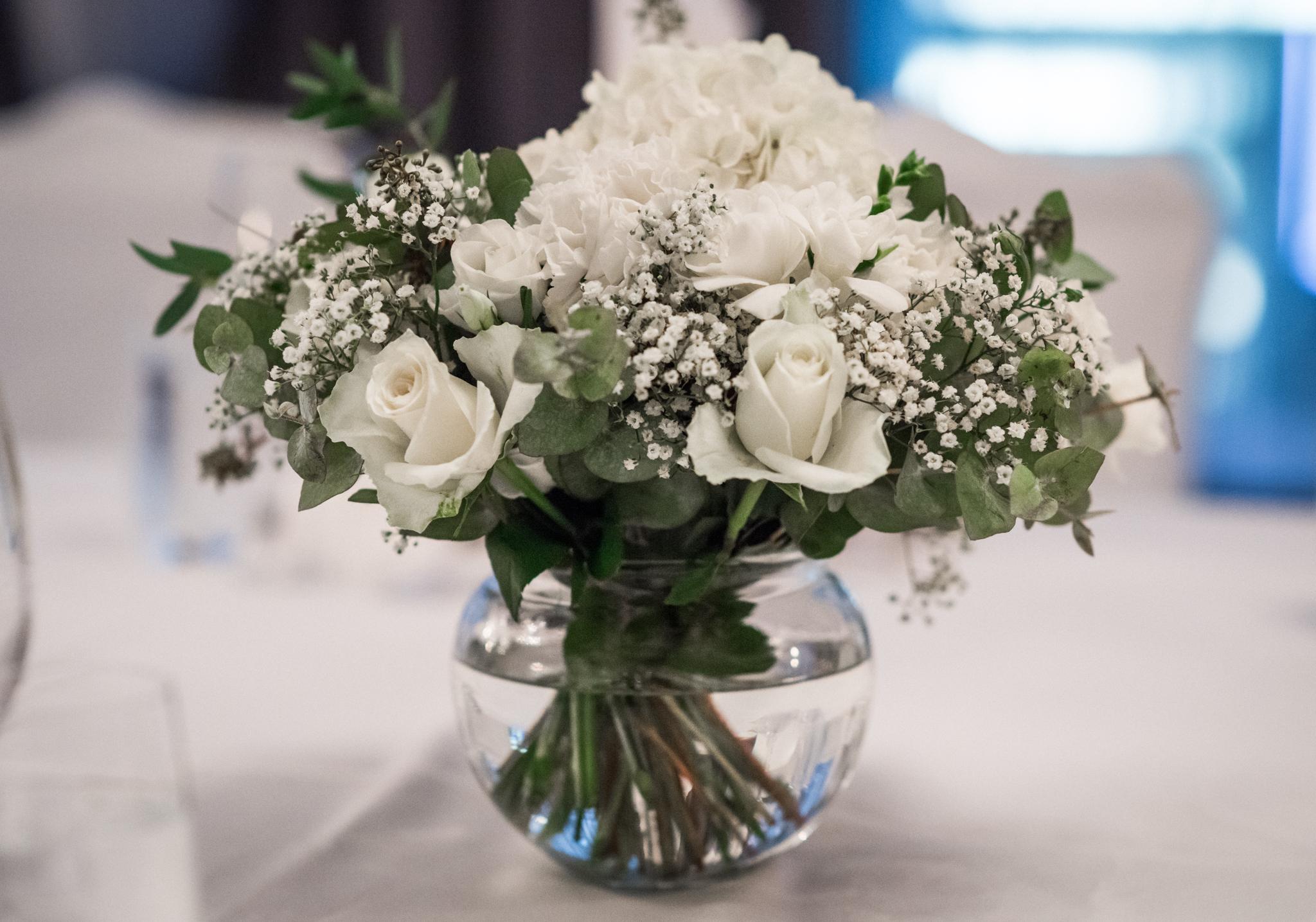 Nämä kukka-asetelmat ja aiemmassa kuvassa näkyvä morsiuskimppu on Kampin Kukan käsialaa. Niin se vain on, että yksinkertainen on kaunista!