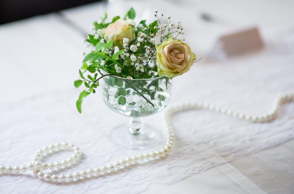 Myös nämä pienet kauniit ja sirot kukka-asetelmat helminauhoineen ja pitsiliinoineen ovat samoista häistä <3