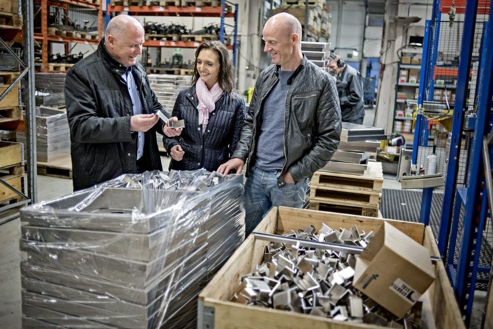 Frysekasser til fisk:  Robotsveiste kasser av aluminium leder kulde bedre enn plast og isopor. Dette er kasser som Sykkylven Stål produserer for Optimar for frysing av fisk i fabrikk om bord. Fra v. Karl Inge Rekdal, Bente Storhaug Dahl og Lars Skog.  Foto : Nils Harald Ånstad, SMP.no
